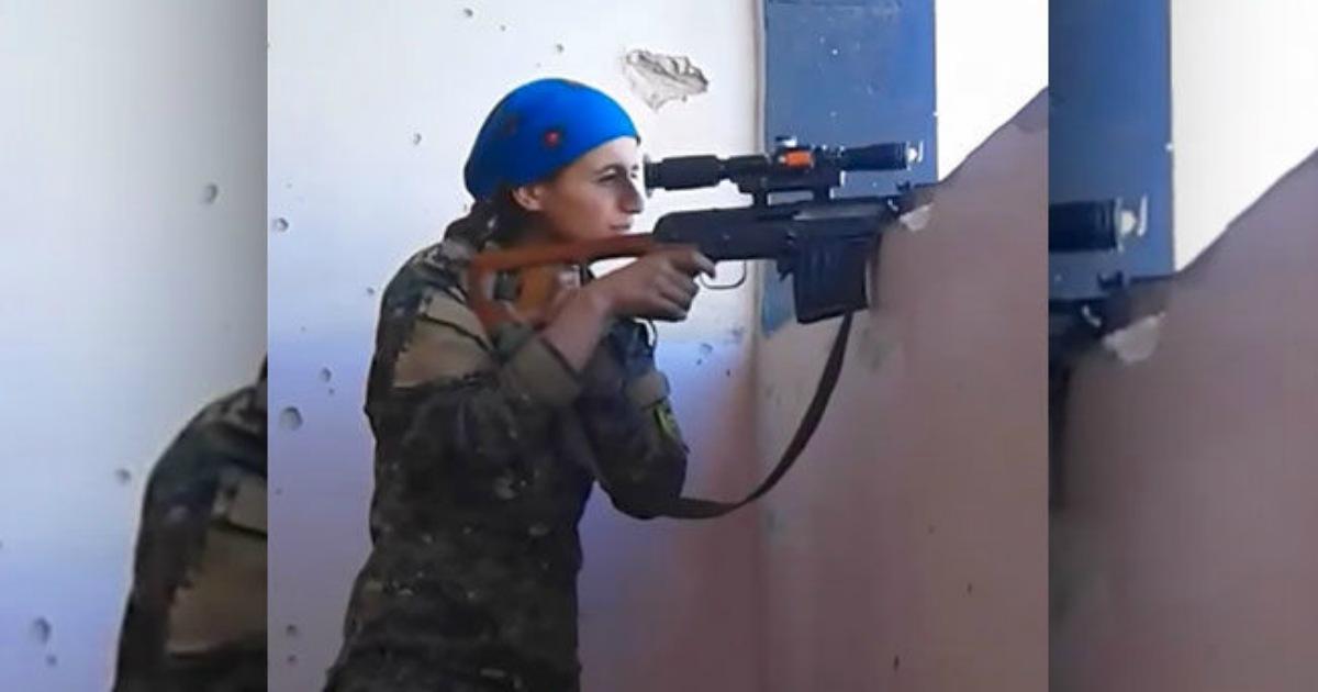 Una francotiradora kurda recibe un disparo que casi la mata; su reacción es increíble